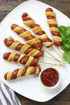 Crescent Dog Twists are an easy appetizer to make with just 3 ingredients: hot dogs, crescent rolls and egg wash. These cresecent roll hot dogs are perfect for parties including Game Day, birthdays and more! 3 Ingredient Crescent Dog Twists Recipe with Vi Easy To Make Appetizers, Best Appetizers, Appetizer Recipes, Game Day Appetizers, Picnic Recipes, Easy Snacks, Easter Recipes, Recipes Dinner, Dinner Ideas