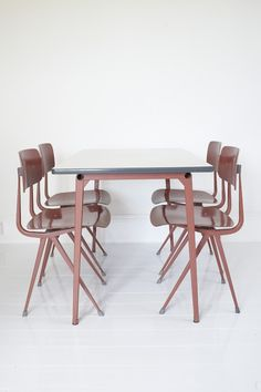 Friso Kramer , Reform table with Result chairs for Ahrend Cirkel, 1950s.