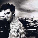 Morrissey quien fuera el líder de la banda inglesa The Smiths, conformada en 1982 y cuya desintegración ocurrió en 1987, hoy celebra 55 años de vida.