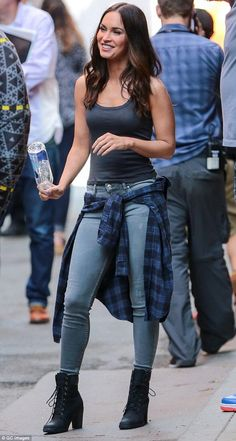 fox Black Hair Megan Fox joins Laura Linney on set of Teenage Mutant Ninja Turtles 2 Accessorized: A blue checked sweater wrapped around her waist and black combat boots comp. Megan Fox Style, Megan Fox Hot, Megan Denise Fox, Megan Fox Casual, Fall Outfits, Summer Outfits, Casual Outfits, Cute Outfits, Look Fashion