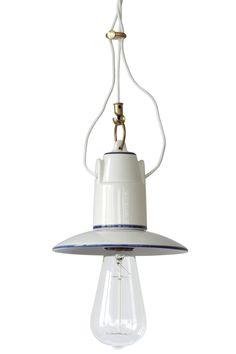 """Kleine italienische Keramik-Pendelleuchte im authentischen Landhaus-Look, hier mit handbemalten Dekorlinien und """"Edison""""-Glühlampe"""