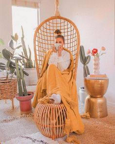 Here's another boho chic style for your living room. Rattan furniture, layered… - Bohemian Home Living Room Bohemian House, Bohemian Living, Boho Gypsy, Moroccan Decor Living Room, Living Room Decor, Retro Interior Design, Cafe Interior, Retro Home Decor, Modern Room