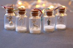 Belle miniature bouteilles avec une variété de charmes délicats à l'intérieur et entouré avec des paillettes blanches. Parfait pour un cadeau, ou pour ajouter un peu d'éclat festif à votre maison.  J'ai ces suspendu à quelques brindilles dans un vase et ils ont fière allure, surtout avec une lumière qui brille sur eux pour faire les paillettes scintillent encore plus.  S'il vous plaît noter que, pour assurer l'arrivée, les paillettes pour les bouteilles seront emballés séparément pour une…