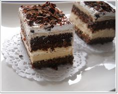 Ingrediente: Blat: 10 oua 200 g zahar 5 lg pesmet 5 lg faina 5 lg cacao 5 lg miere 15 g praf de copt 50 ml lapte 270 ml ulei un praf de sare vanilie Crema: 5 oua 150 g zahar 4 plicuri ness(4×1,8 g) 500 ml lapte 6 linguri amidon 2 pliculete(20 g) gelatina …
