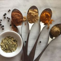 Here is a spice mixture that will support your body's natural immunity. Parts turmeric 3 parts cumin 3 parts coriander 6 parts fennel 1 part powdered dry ginger 1 part black pepper ¼ part ground cinnamon Ayurvedic Diet, Ayurvedic Recipes, Spice Blends, Spice Mixes, Herb Recipes, Healthy Recipes, Coriander Spice, Health And Nutrition