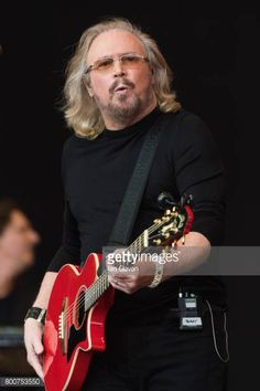 Barry Gibb performs on day 4 of the Glastonbury Festival 2017 at Worthy Farm Pilton on June 25 2017 in Glastonbury England/eo