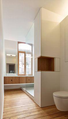 Le projet s'inscrit dans le tissu urbain bruxellois au sein d'une maison mitoyenne typique de la ville. À l'origine occupée par une seule famille, la maiso