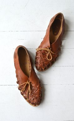 Vintage 1980s dark brown woven leather huarache oxfords. ✂-----Measurements fits like: us 8.5 | euro 39 | uk 6 insole: 10.15 ball: 3.5 heel: flat brand/maker: made in Brazil condition: great ➸ more vintage footwear http://www.etsy.com/shop/DearGolden?section_id=5800174 ➸ visit the shop http://www.DearGolden.etsy.com _____________________ ➸ blog | www.deargolden.com ➸ twitter | deargolden ➸ facebook.com | deargolden