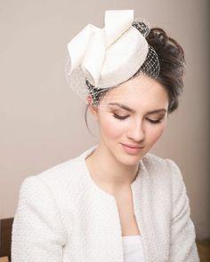 kleiner Hut mit Netzschleier als Haarschmuck