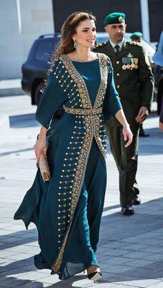 4bee90bc82ce1 7 Best الملكة رانيا ترتدي أزياء تراثية images