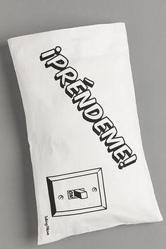 Funda de almohada ideal para mandarle un mensaje sutil a tu pareja, hecha de tela de algodón, la impresión es en serigrafía con tintas base agua.  $229
