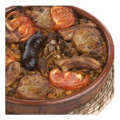 ARROZ AL HORNO - Ingredientes:  aceite de oliva, 2 tomates, 2 patatas, arroz, agua, 12 trozos costilla de cerdo, pollo, 3 morcillas, 1 cabeza de ajos, 400 g garbanzos, sal, azafrán. Sofreir patata a rodajas. Sofreir carne y ajos. Freir morcilla. En olla exprés añadir carne, agua, garbanzos, sal y azafrán. Hervir 20 min. Poner arroz en cazuela de barro. Echar caldo, carne y garbanzos, ajos, morcillas, patata y tomate. Hornear a  200°C 25 min. Receta: Adelaida Costa. FOTO: Manolo Fotògrafs Paella, 20 Min, Grubs, Pot Roast, Good Food, Ethnic Recipes, Ethnic Food, Gastronomia, Garlic