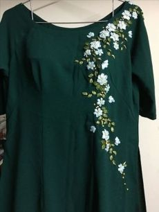 Wonderful Ribbon Embroidery Flowers by Hand Ideas. Enchanting Ribbon Embroidery Flowers by Hand Ideas. Embroidery On Kurtis, Hand Embroidery Dress, Kurti Embroidery Design, Floral Embroidery Patterns, Hand Embroidery Videos, Embroidery On Clothes, Embroidery Works, Flower Embroidery Designs, Embroidery Fashion