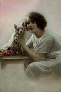 Hand-teinté photographie de studio de l'époque des suffragettes, jeune femme aux longs chihuahua de cheveux.