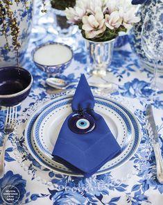 Decoração de casamento na praia inspirada na Grécia - em azul, branco e rosa - mesa de convidados com toalha estampada e olho grego como porta guardanapo ( Foto: LoveShake )