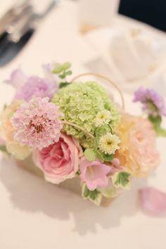 5月の装花 日比谷パレス様へ ライラック色のドレスに Flower Arrangement, Floral Arrangements, Pastel Bouquet, Quilling Ideas, Wedding Flowers, Centerpieces, Wedding Ideas, Happy, Table