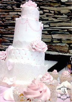 Wedding cake romantique rose et blanc #weddingcake #mariage #roseensucre  #frenchwedding #gateaudemariage #paysdelaloire #mariageangers #patisserie #cakedesign #weddinglux  #loirevalleywedding