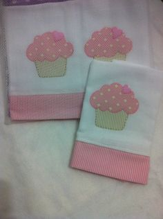 patch sofia e mel bebe Patch Quilt, Baby Sewing Projects, Sewing Crafts, Dish Towels, Tea Towels, Towel Dress, Baby Applique, Baby Sheets, Baby Decor