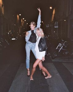 I love everything about this summer outfit. Lovely Summer Fresh Looking Outfit. The Best of street fashion in - Luxe Fashion New Trends - Fashion for JoJo Selfies, Mademoiselle, Gal Pal, How To Pose, Poses, Friend Pictures, Friend Pics, Girl Gang, Film Photography
