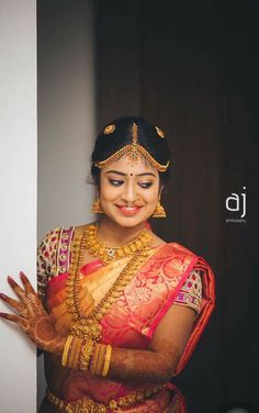 the bride gives a little cute look is awesome. Temple Jewellery, Bridal Jewellery, Indian Bridal Sarees, Indian Costumes, Tamil Brides, Indian Bridal Hairstyles, South Indian Jewellery, Bride Portrait, South Indian Bride