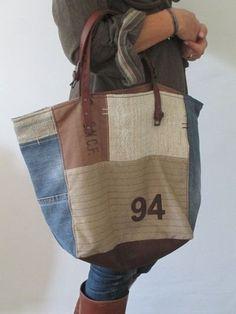 Olha só o material utilizado nesta bolsa, que bacana! Além de partes de uma calça jeans, misturam-se outros tecidos rústicos de algodão através de recortes. Fechamento com zíper interno. Alças e ou…