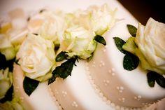 Blumenschmuck auf der Hochzeitstorte Panna Cotta, Cupcakes, Ethnic Recipes, Food, Flower Jewelry, Wedding Pie Table, Pies, Cup Cakes, Cupcake