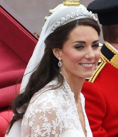 It's the royal wedding beauty scoop! Find out Kate Middleton's secrets for makeup, hair, skin and nails Celebrity Wedding Hair, Curly Wedding Hair, Celebrity Weddings, Bridal Hair, Prom Hair, Kate Middleton Makeup, Kate Middleton Wedding, Royal Brides, Royal Weddings