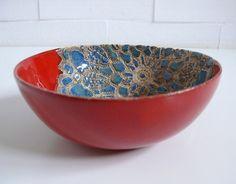 Ceramiczna miseczka, w kolorze czerwonym z niebieskim motywem serwetki. Wymiary: średnica 15 cm wysokość 6 cm Tworzywo - Krzysia Owczarek