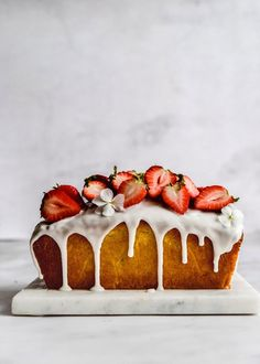 vanilla and strawberry cake . vanilla and strawberry cake . Pound Cake With Strawberries, Cake Recipes, Dessert Recipes, Delicious Desserts, Yummy Food, Bolo Cake, Let Them Eat Cake, Cupcake Cakes, Food Photography