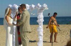 casamento na praia com pessoas olhando