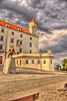 Bratislava Castle and the statue of Svätopluk in front of it (by Luc Demierre)
