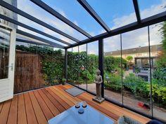 Dit is de trend onder de aluminium tuinkamers: glasschuifwanden en glazen dak! Met deze aluminium tuinkamer met glazen schuifwanden aan 3-zijden en luxe glazen dak kies je zelf voor een geheel afgesloten ruimte of volledig open terras. De 8mm volledig schuifbare glaswanden van deze populaire Gardendreams Legend XL aluminium tuinkamers kun je namelijk alle kanten op schuiven. Ook zorgt het dak van echt glas altijd voor veel daglicht in je aluminium overkapping. #veranda Aluminium, Deck, Facade, Outdoor Decor, Modern, Home Decor, Hardwood, Construction Drawings, Showroom