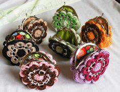 """Hola mis creativos! Les presento mi último trabajo: unos lindos monederos en forma de Flor, un buen complemento para la bolsa """"Flower Power"""". Espero que les gusten.Para estos, uti…"""