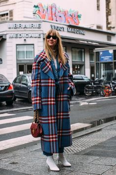 Paris Fashion Week Fall 2018 Attendees Pictures : Fall Fashion Trends: Bright Plaid Brighten things up with plaid coats in brighter colors! Attendees at Paris Fashion Week Fall 2018 - Street Fashion