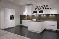 Moderne keuken in greeploos design Kitchen Island, Kitchen Cabinets, Bar, Home Kitchens, Pure Products, Living Room, Table, Furniture, Design