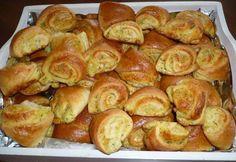 Jemné, nadýchané kysnuté cesto plnené bryndzovo - kôprovou plnkou. Bryndzové koláče sú vhodné k pivu, alebo vínu. Z jednej dávky mi vyšli dva veľké plechy. Pretzel Bites, Sprouts, Bread, Vegetables, Food, Bakken, Brot, Essen, Vegetable Recipes