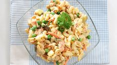 Helppo italiansalaatti on pastapohjainen salaatti, joka sopii hyvin esimerkiksi grilliruoan kanssa. Omenat, kinkku, majoneesi ja pippuri - siinä muutama maun salaisuus! Pasta Salad, Risotto, Potato Salad, Cauliflower, Salads, Food And Drink, Potatoes, Vegetarian, Dinner