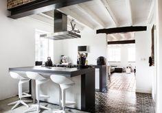 Boerderijwoning in Susteren | Styling: Odyvet van de Vin – Nelissen | Photographer Henny van Belkom | Editie: vtwonen december 2014 #kitchen #farm #vtwonen #magazine #binnenkijken #black #white