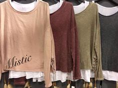 Camisetas con plumas en varios colores. Mistic, la llagosta plaza la concordia n5.