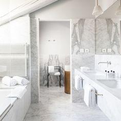 Doppio lavandino e vasca idromassaggio per il bagno della Junior Suite Senato