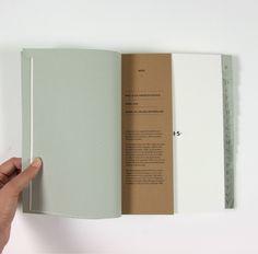 Petit ajout de papier kraft pour dynamiser un livre.
