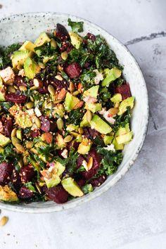 Skøn grønkålssalat med bagte rødbeder, feta, avocado, skøn dressing og stegte kerner. Spises med falafler til. Vegetarisk aftensmad.