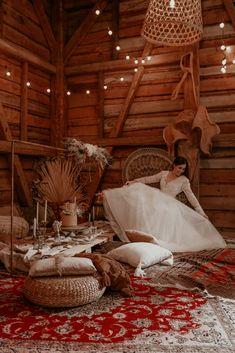 Zur Idee einer gemütlichen, kleinen Wedding in Barn passt ein stilvolles Picknick viel besser als eine Festtafel. Hochzeitsessen einfach mal anders und persönlicher. Alle Ideen dazu im Hochzeitskiste Blog! #weddinginabarn #bohohochzeit #orientalischebohohochzeit #bohobraut #hochzeitskiste #hochzeitsblog #weddingblog #brautstyling #tinywedding #kleinehochzeit #intimatewedding Barn, Wedding, Crate, Rustic, Simple, Ideas, Valentines Day Weddings, Converted Barn, Weddings