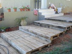Transform free pallets into creative DIY furniture, home decor, planters and more! There are over 150 easy pallet ideas here to give your home and garden a personal touch. There are both indoor and outdoor DIY pallet projects to choose from. Free Pallets, Old Pallets, Recycled Pallets, Wooden Pallets, Pallet Wood, Pallet Bar, Diy Wood, Pallet Crafts, Diy Pallet Projects