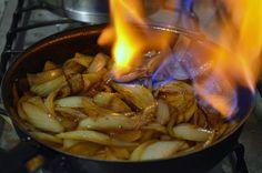 Cebolas flambadas na cachaça - le pixel gourmet