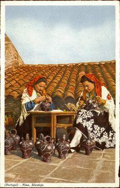 Nisa. Alentejo - Mulheres enfeitando as bilhas com pedrinhas - Ed. de C. Conseil de Vasconcelos (Tabacaria Africana), Porto - SD - Dim. 14x9 cm - Col. Énio Semedo