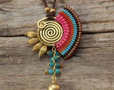 Collana ottone sagomato con cotone tessuto particolari e dettagli di perline in ottone