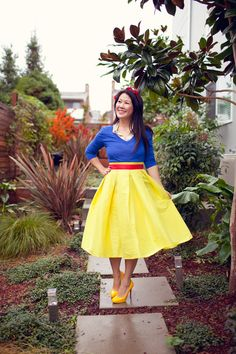 DIY Snow White Costume - using thrifted and/or clothes in your closet Easy and cute DIY Halloween Costume. DIY Snow White costume using thrifted and clothes from your closet! Snow White Halloween Costume, Easy Halloween Costumes For Women, Hallowen Costume, Last Minute Halloween Costumes, Couple Halloween, Halloween Skirt, Diy Halloween, Diy Snow White Costume, White Costumes