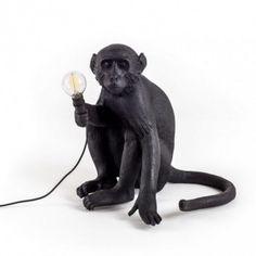 Lampe à poser MONKEY Sitting Noir - H32 cm - IP44 - Seletti La lampe à poser Monkey est un luminaire design insolite qui pourra trouver place dans toutes les pièces de la maison. Vous pourrez même l'installer à l'extérieur grâce à son indice de protection à hauteur d'IP44. Son style figuratif représente un singe en position assise qui tient dans sa main une ampoule. Ce luminaire design apportera un éclairage d'appoint efficace qui donnera un rendu unique.