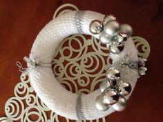 Deze krans is een van mijn favorieten! Hand gehaakte in witte en zilver garen op een polystyreen ring, versierd met zilveren kerstballen en belletjes, geweldige aanvulling op uw Kerst ornamenten, kan ik aangepaste make deze kransen, elke kleur, u kiest
